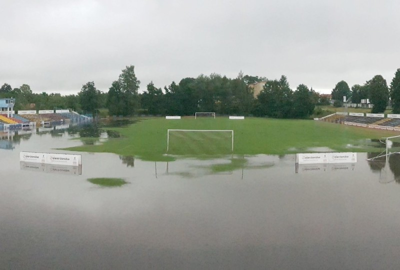 Lechia Dzierżoniów zalane boisko