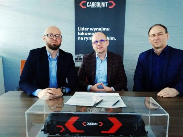 Od lewej: Piotr Orzechowski, członek zarządu Industrial Division, Łukasz Zygadło, inicjator współpracy z ramienia DolZPN, Dariusz Machiński, wiceprezes DolZPN