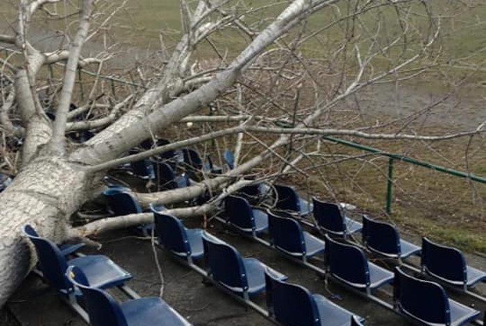 Drzewo spadło na trybuny A-klasowego boiska