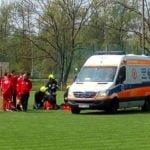 Wypadek na meczu okręgówki. Zawodnik trafił do szpitala