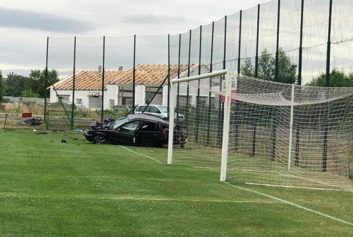 Po wypadku auto wjechało na boisko czwartoligowca