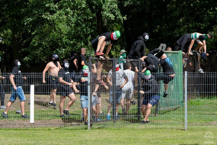 Wygrana inauguracja i kibicowska kompromitacja w Oławie