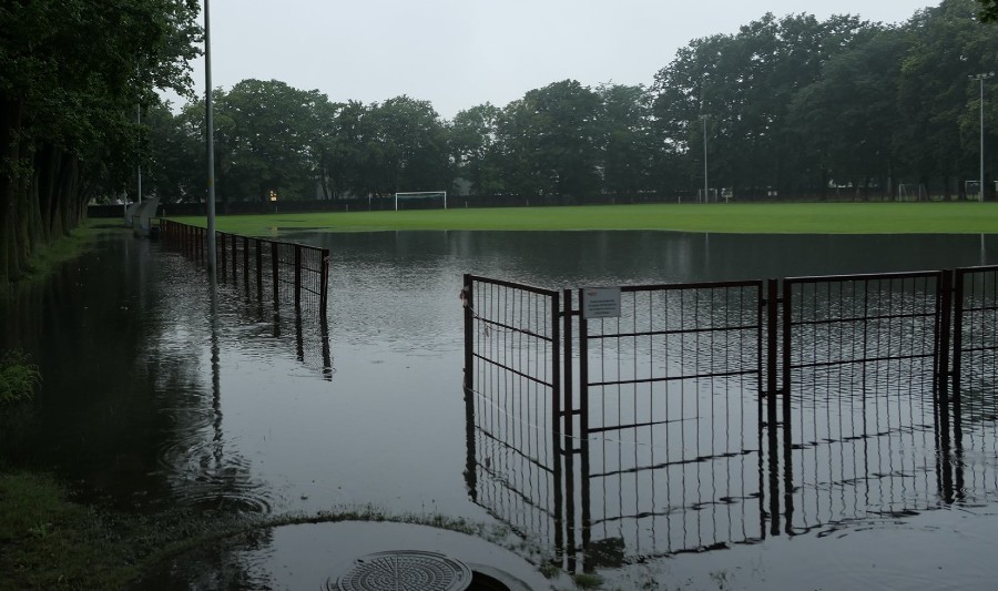Ulewne deszcze nie oszczędziły piłkarskich boisk