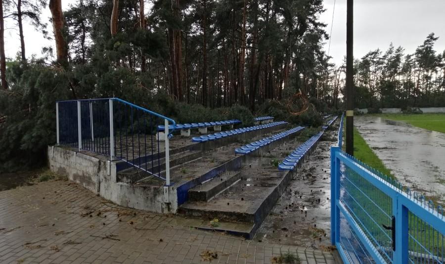 Powalone drzewa, zniszczone boiska i przerwane mecze. Oto skutki nawałnicy