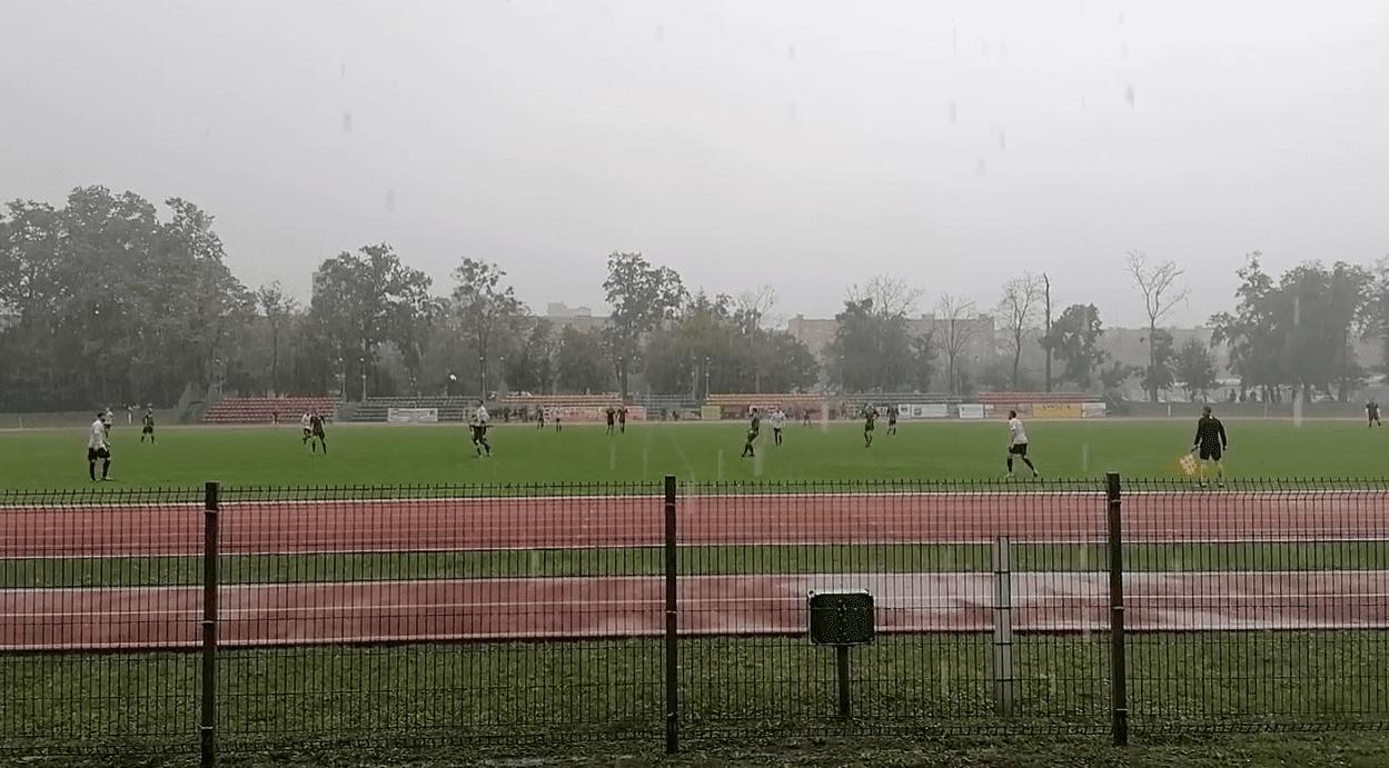Ulewa popsuła hit IV ligi. Mecz w deszczu Moto-Jelcza - Bielawianka dla gospodarzy