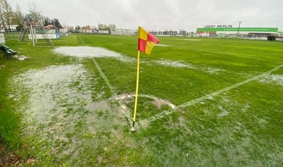 Ulewa torpeduje rozgrywki. Mecze są przekładane z powodu zalanych boisk